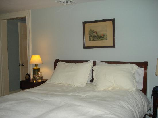 Inn at Glencairn: A view of the compfy bed