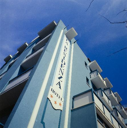 La Residenza: L'hotel è posizionato a 15 mt dal mare e a pochi minuti di passeggiata da V.le Ceccarini..