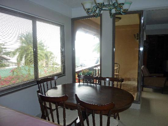 Big Apple Dive Resort : condo B DR + balcony