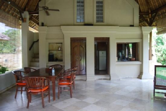 Balivillas.com Estate: Dining area - notice small stairway back LHS to bedroom