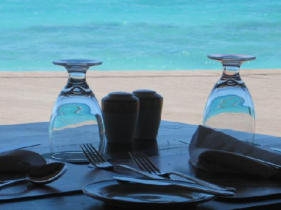 Galley Bay Resort: Ocean reflected in our water glasses at the Seagrape Restaurant