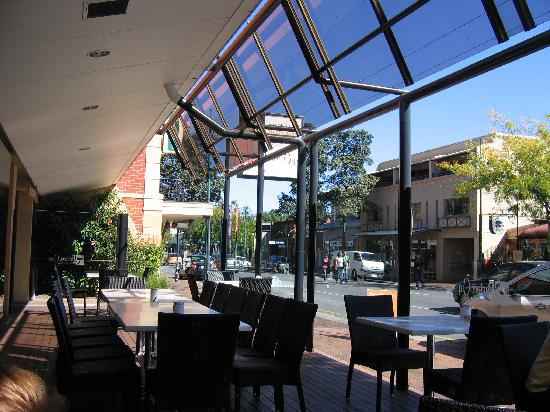 Adelaide Meridien Hotel & Apartments : front of hotel cafe/restaurant
