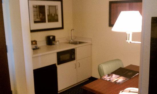 SpringHill Suites Jacksonville: Wet Bar/Desk