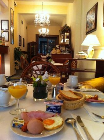 Louren Hotel: Buffet breakfast - super nice