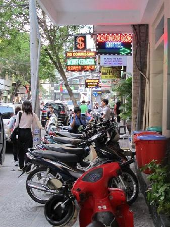 Tan Hoang Long Hotel: Main Street outside the hotel