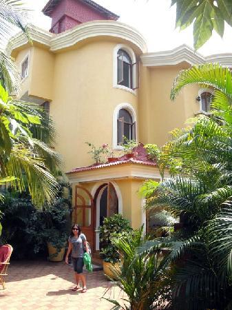 Bougainvillea Guest House Goa: Front View of the Guesthouse