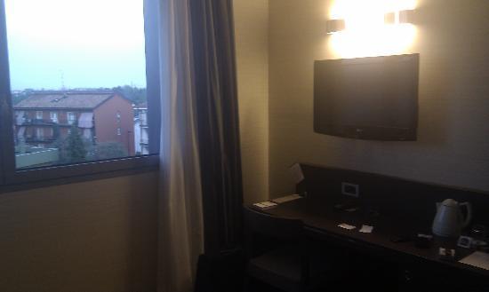 TV / Schreibtisch - Bild von Best Western Plus Hotel Monza e Brianza ...