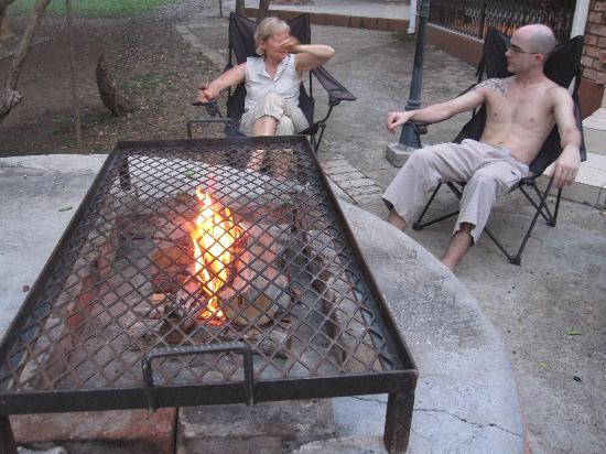 Call of Africa: Gemütliches beisammen sitzen beim grillieren am Abend