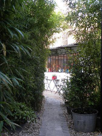 ลาเมซองบากานา เบด แอนด์ เบรคฟาสต์: OUTSIDE VIEW