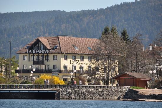 """Hotel La Reserve : l'hôtel """"La Réserve"""" vue du lac"""