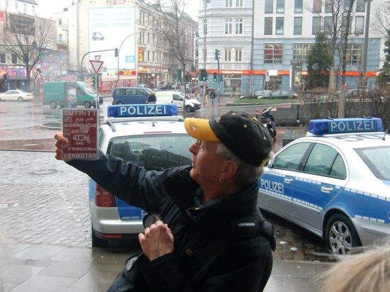 Der Kriminaltour Führer zeigt ein verkleinertes Warnschild, das im Original an der Herbertstraße