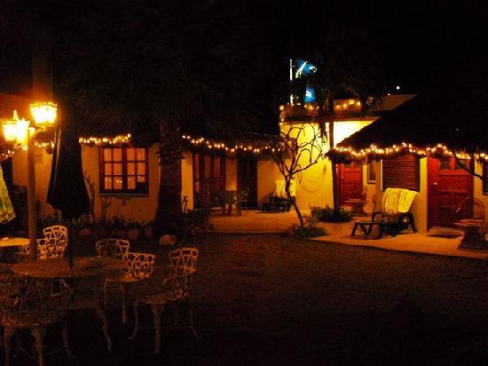 El Delfin Blanco: Courtyard at night