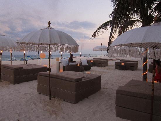 El Taj Oceanfront & Beachside Condos Hotel: Beach Club at night