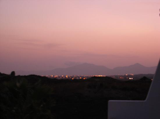 Apartamentos Villa Canaima: View of sunset across the mountains from balcony