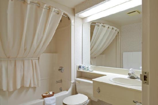 Econo Lodge Airport: Salle de bain privée/Private bathroom
