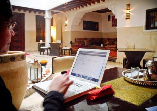 Riad Argan: A computer is available for guests in the courtyard