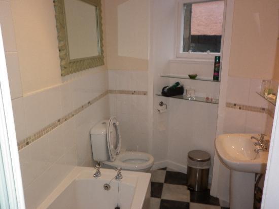 ذا كراج هوتل - جيست هاوس: Family room bathroom