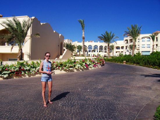 Cleopatra Luxury Resort : The overall look at the hotel when coming from the beach