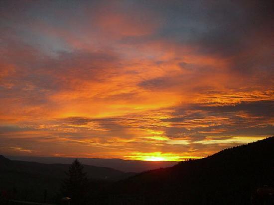 Hôtel Résidences de l'Etang du Devin : lever du soleil à l' Etang du Devin