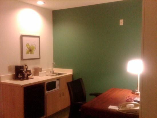 SpringHill Suites Dallas Arlington North: Kitchen and desk area