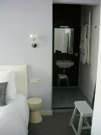 Stadsvilla Hotel Mozaic Den Haag: Shower can't be seen but is next to the faucet, and it was sliding glass doors.