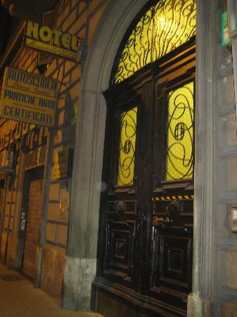 Moscatello: PUERTA EXTERIOR DEL HOTEL
