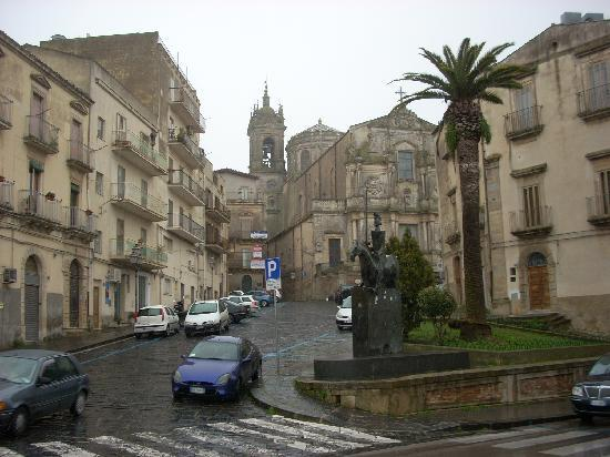 Кальтаждироне, Италия: Caltagirone has its share of magnificent churches...here, the Franciscan Church on a rainy day.