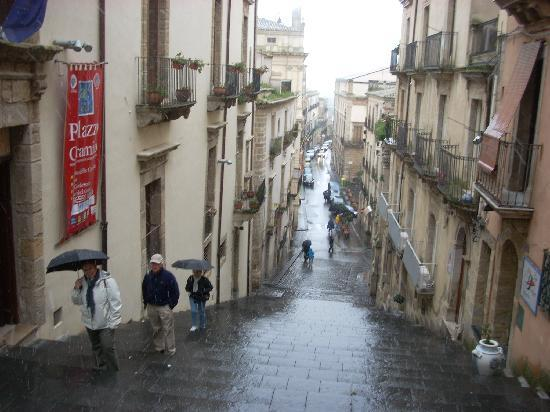 Caltagirone, Italië: Visitors pausing to rest on the way up the Scala.