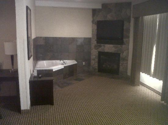 Comfort Suites Moses Lake: Hot tub and fireplace