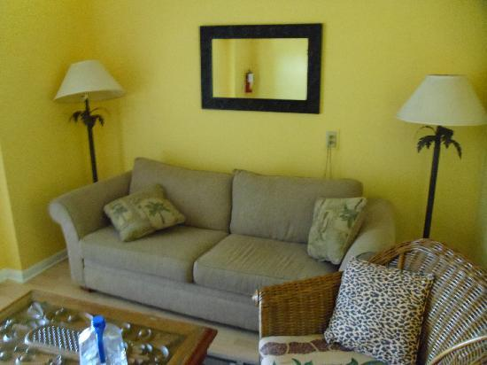 Dolphin Marina & Cottages: Little living room sofa