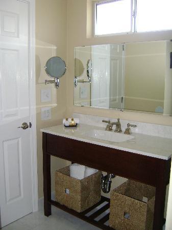 Harbor View Inn: New remodeled bathroom