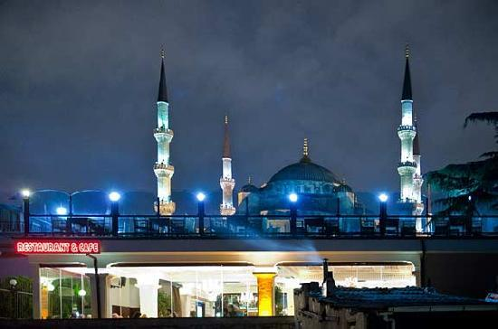 Seraglio Hotel and Suites: Balcony view of Blue Mosque and restaurant across the street