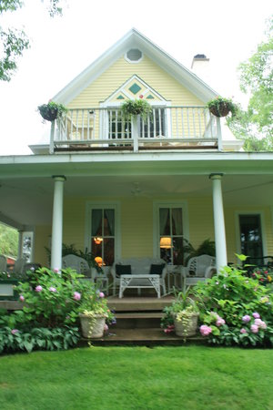 Bellaire Bed and Breakfast: Relaxing on the front porch