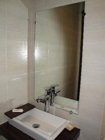 Home Crest Hotel: wash basin