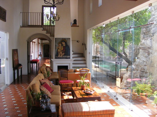 Hotel Cirilo: Lounge, looking out onto garden.