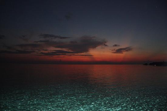 Four Seasons Resort Maldives at Landaa Giraavaru: Sunrise from the room