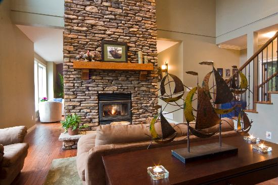 Mt. Woodside Bed & Breakfast: Relax by the woodburning fireplace