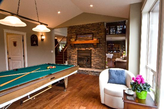 Mt. Woodside Bed & Breakfast: Pool table and library in loft