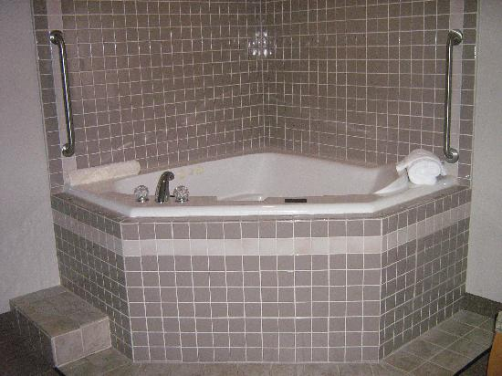 Skagit Valley Casino Resort: Two person jacuzzi tub in bedroom