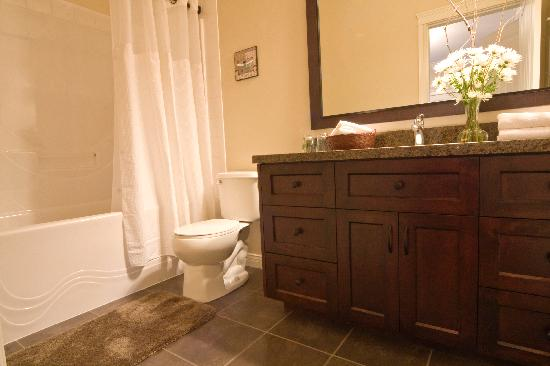 Mt. Woodside Bed & Breakfast: Private bathroom