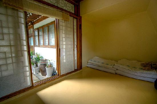 So Sun Jae Guesthouse: All rooms access the courtyard and note the sleeping mats