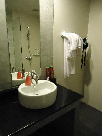 Saladee Gallery Residence: wash up area in the bathroom