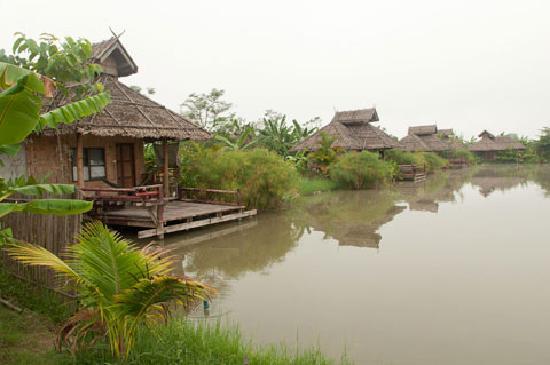 Bueng Pai Farm: Lakeside bamboo huts