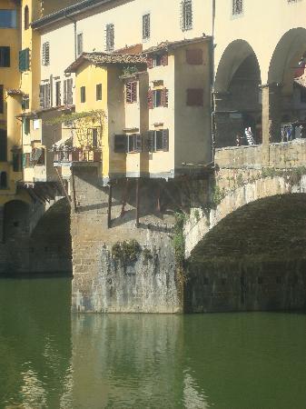 Florence, Italie : Delicado equilibrio de las terrazas del Ponte Vecchio