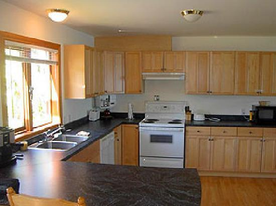 Storm Bay Guest House: Kitchen