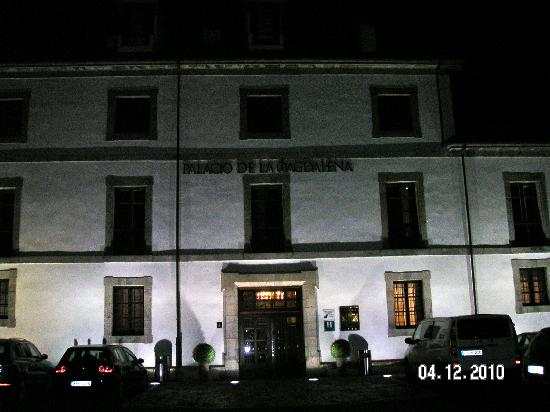 Soto del Barco, สเปน: Front of hotel at night