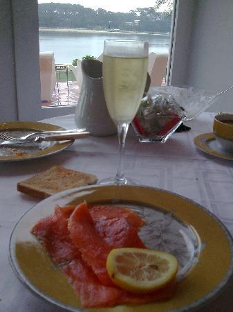 Les Hortensias du Lac: champan y salmon en el desayuno