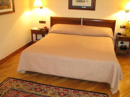 Cama grande fotograf a de hernan cortes hotel gij n - Camas grandes ...