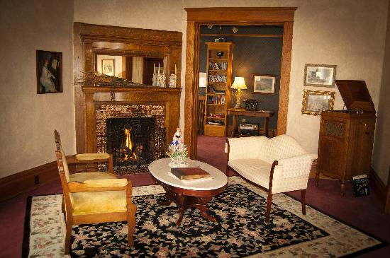 Quill and Quilt Bed and Breakfast: Parlor & Library