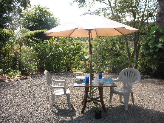 Maravilla Guesthouse: Outdoor breakfast table